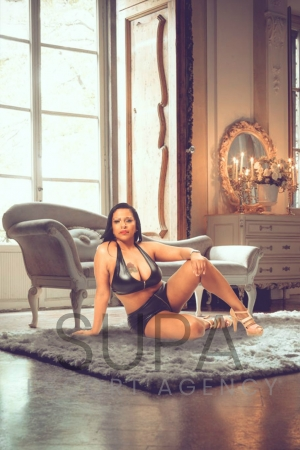 Curvy Angela sat on rug
